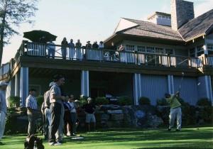 ワイングラス片手に、ベランダから声援を送る、他のゴルファー達。緯度の高い、北米大陸やスコットランドは、夏の日没が遅い。そのため19番ホールでの、遊びばかりか、1日36ホールとか、54ホールを、楽しむゴルファーも多い