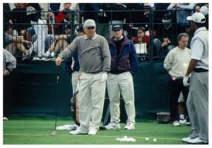 中央の痩身男性が、タイガ(右)ーの2人目の、スイングコーチだったハンク・ヘイニー。マーク・オメーラ(左)は、タイガーが兄のように慕うプロ仲間。そのオメーラを、成功に導いたコーチがヘイニー。その関係で、ブッチとの関係が終わった後、タイガーとの契約に至った
