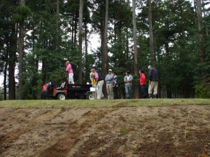 ティグラウンド上。青写真に、自ら要点を書き込むニクラス。ゴルフ場は手作り、であることを教えられる。