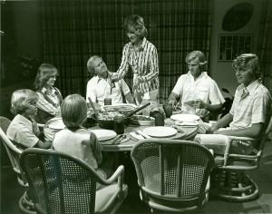 感謝祭のディナーを差配するバーバラを、、頼もしく見守る夫ジャックと5人の子供たち。家族愛が溢れる、素晴らしい光景だ