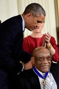 かつてWASP(アングロサクソン系白人で、宗教はプロテスタント)の象徴だった、首都ワシントンのホワイトハウス。そこでアフリカ人を父に持つ大統領から、メダルを授与される黒人プロ、シフォード。米社会の、過ぎ去った一世紀の歴史が、凝縮されているようだ(photo coutesy by PGA of America)