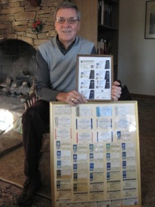 半世紀の、継続の賜物。溜まった50枚の、PGAオブ・アメリカ会員証を、誇らしげに見せるノーマン。素晴らしい快挙だ