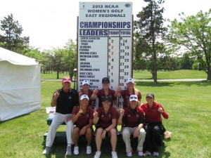 これは2012年、地区予選を優勝で突破した時の写真。左がDirector of GolfのPuggy Blackmon。この様なスコアボードの前で、競技者も観戦者も、一喜一憂する。今週のNCAA全国大会のスコアボードは、この十倍以上大きい