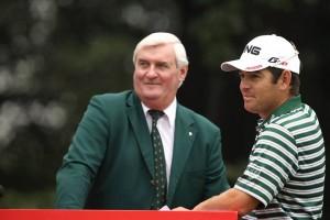忙中閑あり。全英オープン歴代勝者、南アフリカのルイ・オストハイゼンと、暫しの雑談をする全英オープン、練習日のロブソン(coutesy of Global Golf Post)