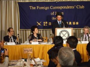 2013年5月20日。旅発つ前、日本外国特派員協会で記者会見した松山。この直後全米メリオン、全英ミュアフィールド両オープンで、好成績のスタートを切った