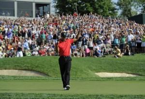 優勝パットを決め、大観客の声援を受ける、かつてのタイガー。この勇姿は、もう見られそうにない(PGA TOUR提供)