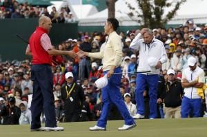熱狂の後の失望。スタンドを埋めた大観衆を前に、握手をする2人。右(白いウエア)は国際チームのプライス・キャプテン。彼の野望は、もう一歩の処で、届かなかった(Global Golf Post)