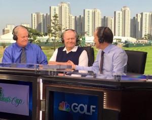 NBCのオープニングは、首都圏の高層ビルを背景に、ニクラスを迎えて始まった。左は解説者のジョニー・ミラー。新時代の幕開け。余談だがこの近くには、年間33万人の客で、賑わうゴルフ場もあるそうだ。プロ競技の舞台から、大衆ゴルファー迄、韓国の熱気は凄い