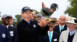 輝く笑顔の初優勝者マルナティ。そればかりか彼が手にしている、ニワトリの優勝杯が、如何にも深南部的。そして胸のロゴマーク。これはMLBのマーク。日本でもプロが、カープやベイスターズのロゴ入りシャツを着れば、野球ファンもゴルフに、関心を持つこと間違いない(PGA TOUR.com提供)