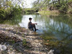 ミズーリに住む兄の家の牧場の池で、釣り糸を垂れるマーシャ。元気がない